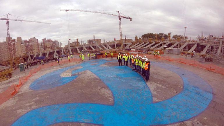 """Болельщики """"Динамо"""" изобразили гигантскую букву """"Д"""" на поле строящегося стадиона."""