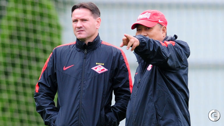 Главный тренер красно-белых Дмитрий АЛЕНИЧЕВ и китайский врач команды ЛЮ ХУНШЭН.