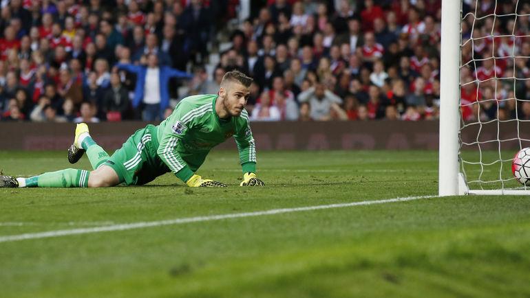 """Суббота. Манчестер, """"Манчестер Юнайтед"""" - """"Ливерпуль"""" - 3:1. Давид ДЕ ХЕА пропускает гол после удара Кристиана БЕНТЕКЕ. Фото Reuters"""