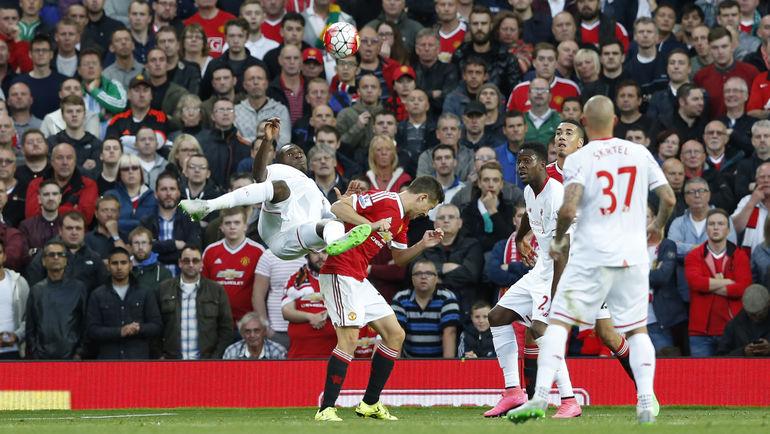 """Суббота. Манчестер, """"Манчестер Юнайтед"""" - """"Ливерпуль"""" - 3:1. 84-я минута. Кристиан БЕНТЕКЕ отправляет сумасшедший по красоте гол в ворота заклятых соперников. Фото REUTERS"""