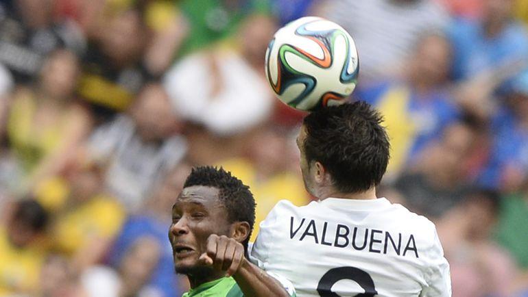 Матье ВАЛЬБУЭНА выигрывает верховую борьбу у нигерийца Джона ОБИ МИКЕЛА в матче 1/8 финала чемпионата мира. Фото AFP