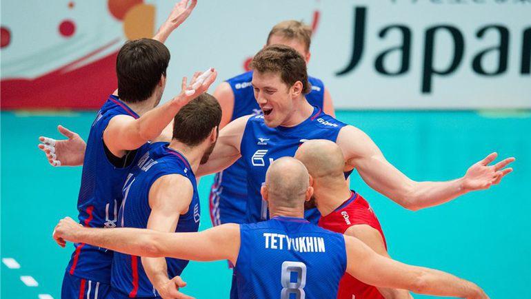 Четверг. Тояма. Канада - Россия - 0:3. Сергей ТЕТЮХИН (№8) с партнерами празднует победу. Фото FIVB
