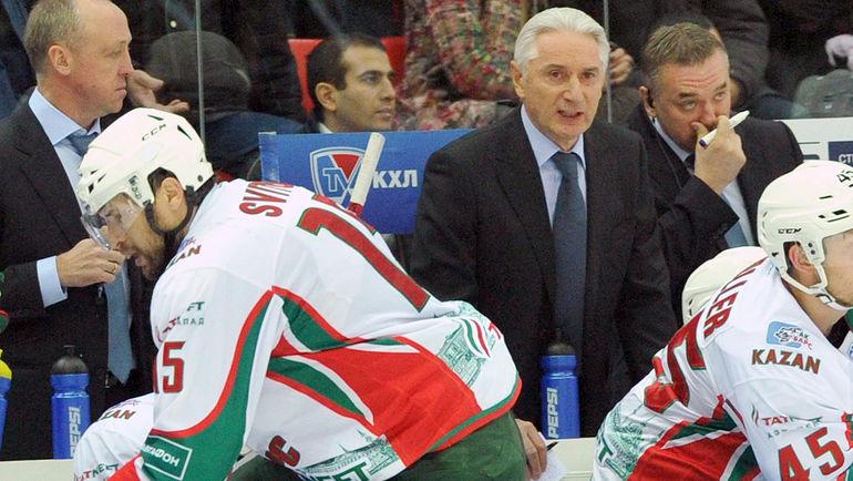 Зинэтула БИЛЯЛЕТДИНОВ (второй справа) не сможет рассчитывать на Александра СВИТОВА (слева) в матче с ЦСКА. Фото Татьяна ДОРОГУТИНА