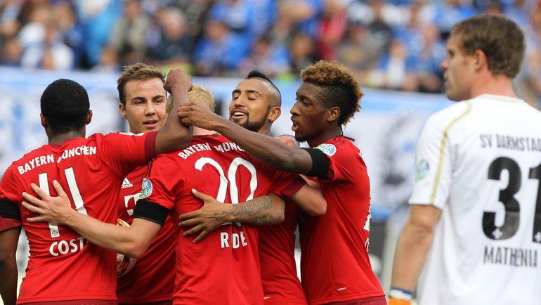 """Суббота. Дармштадт. """"Дармштадт"""" – """"Бавария"""" – 0:3. Партнеры поздравляют Себастьяна РОДЕ с забитым голом. Фото AFP"""