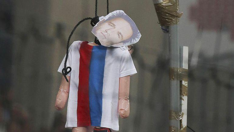 """Воскресенье. Марсель. """"Казнь"""" картонного Матье Вальбуэна. Фото REUTERS"""