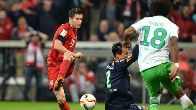 """Вторник. Мюнхен. """"Бавария"""" - """"Вольфсбург"""" - 5:1. 55-я минута. Роберт ЛЕВАНДОВСКИ (слева) оформляет хет-трик. Фото REUTERS"""