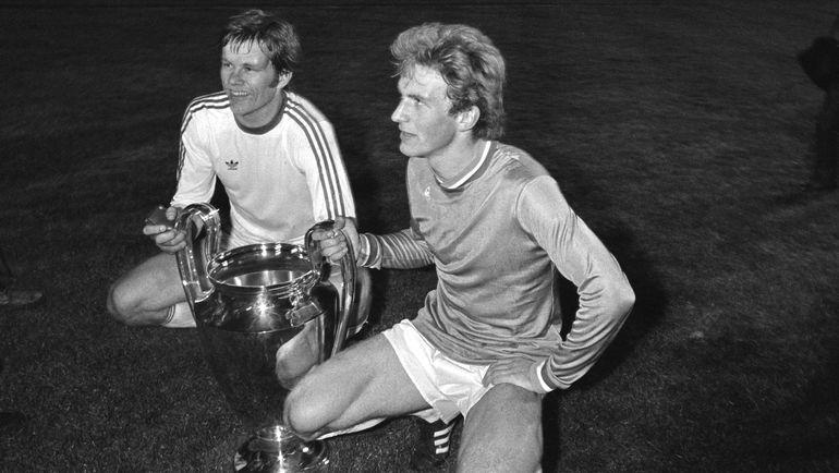 """13 мая 1976 года. Карл-Хайнц РУММЕНИГГЕ (справа) с Кубком чемпионов, который завоевала """"Бавария"""", победив в финале """"Сент-Этьен"""" (1:0). Фото AFP"""