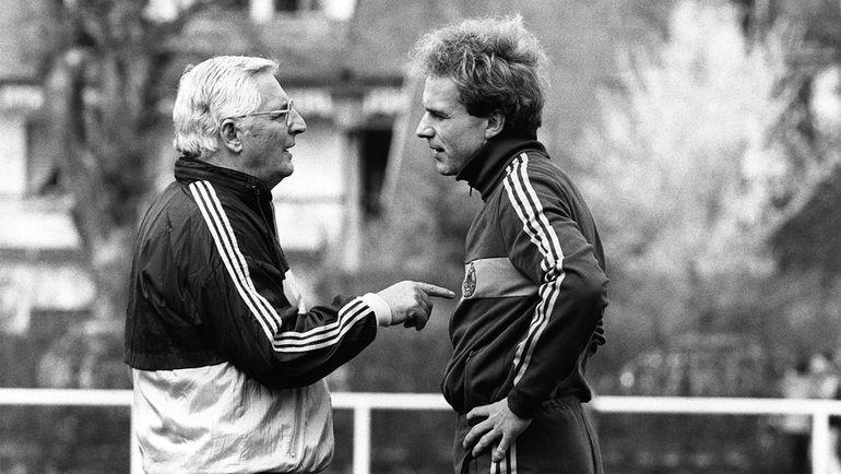18 апреля 1984 года. Страсбур. Карл-Хайнц РУММЕНИГГЕ (справа) с главным тренером сборной ФРГ Юппом ДЕРВАЛЕМ. Фото AFP