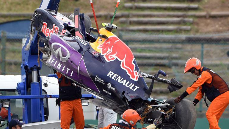 Машина Даниила КВЯТА после аварии в квалификации. Фото AFP