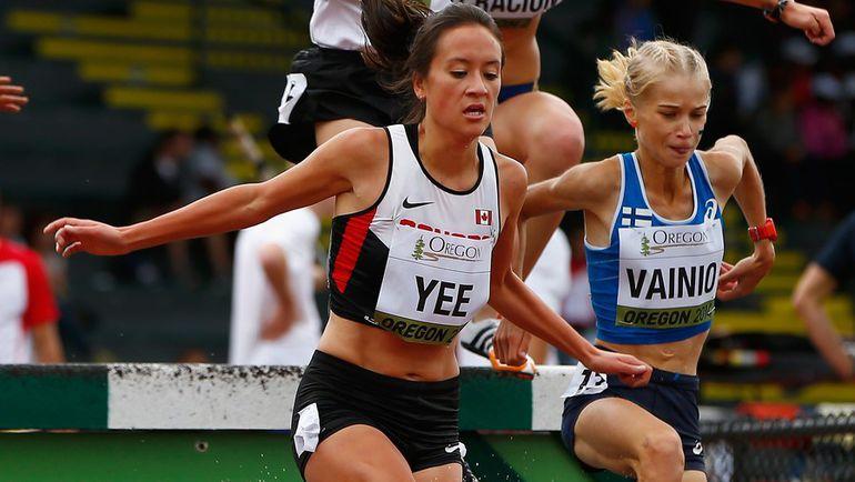 24 июля 2014 год. Юджин. Алиса ВАЙНИО (справа), которая еще зимой участвовала на женском чемпионате мира по бенди, бежит 3000 с/п на чемпионате мира среди юниоров. Фото AFP