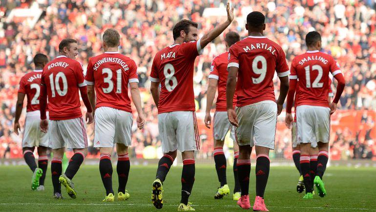 "Суббота. Манчестер. ""Манчестер Юнайтед"" – ""Сандерленд"" – 3:0. Хозяева благодарят болельщиков за поддержку. Фото REUTERS"
