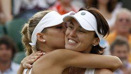 Мартина ХИНГИС (справа) и ее напарница Анна КУРНИКОВА празднуют победу победу в матче