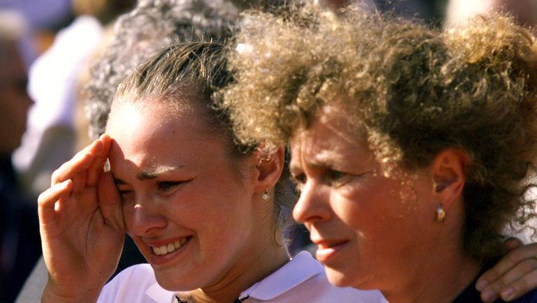 """5 июля 1999 года. Мартина ХИНГИС (слева) со своей матерью Мелани МОЛИТОР после поражения от Штеффи Граф в финале """"Ролан Гаррос"""". Фото REUTERS"""