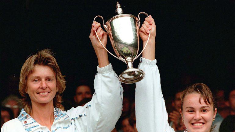 8 июля 1996 года. Мартина ХИНГИС (справа) и Хелена СУКОВА после победы в парном разряде на Уимблдоне. Фото REUTERS