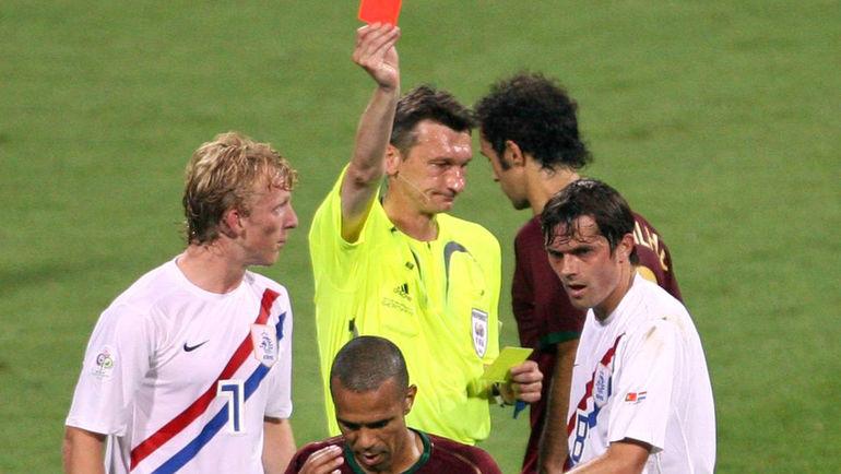 25 июня 2006 года. Нюрнберг. Португалия – Голландия – 1:0. В этом поединке Валентин ИВАНОВ показал 16 желтых карточек, 4 из которых стали красными. Филлип КОКУ (8) – справа. Фото AFP