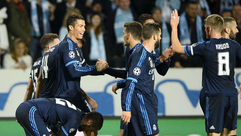 """Вчера. Мальме. """"Мальме"""" - """"Реал"""" - 0:2. Партнеры поздравляют Криштиану РОНАЛДУ с первым голом в матче. Фото AFP"""