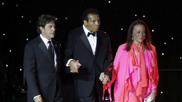 23 марта 2013 года. Мохаммед АЛИ (в центре) с женой и персональным помощником. Фото REUTERS