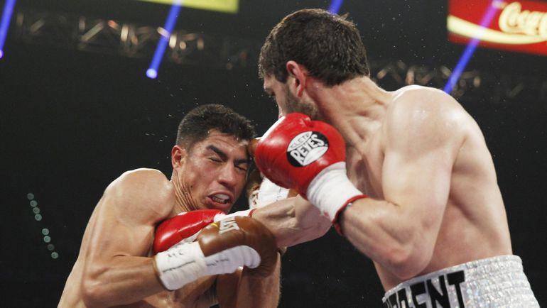 12 апреля 2014 года. Хабиб АЛЛАХВЕРДИЕВ (справа) в бою с Джесси ВАРГАСОМ. Фото REUTERS