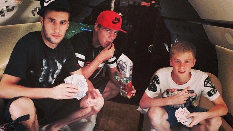 Александр КОКОРИН (в центре) летит на отдых в компании Сослана ГАТАГОВА (слева) и младшего брата. Фото instagram.com/kokorin9/