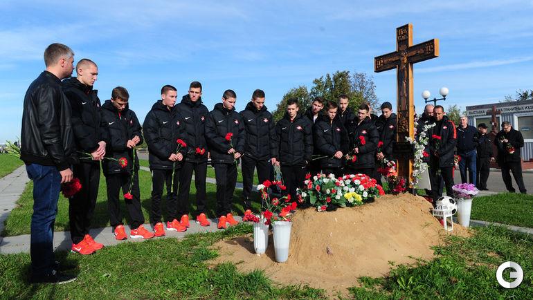 Воспитанники футбольной Академии имени Ф.Черенкова на могиле спартаковца на Троекуровском кладбище.
