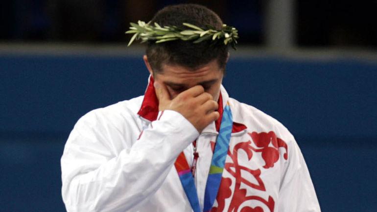 Слезы чемпиона Алексея МИШИНА на олимпийском пьедестале в Афинах. Фото Григорий ФИЛИППОВ