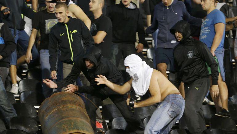 14 октября 2014 года. Белград. Матч Сербия - Албания был остановлен из-за беспорядков на трибунах и на поле. Фото REUTERS