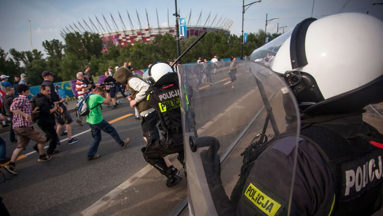 12 июня 2012 года. Варшава. Полицейские наводят порядок перед матчем Польша - Россия. Фото AFP