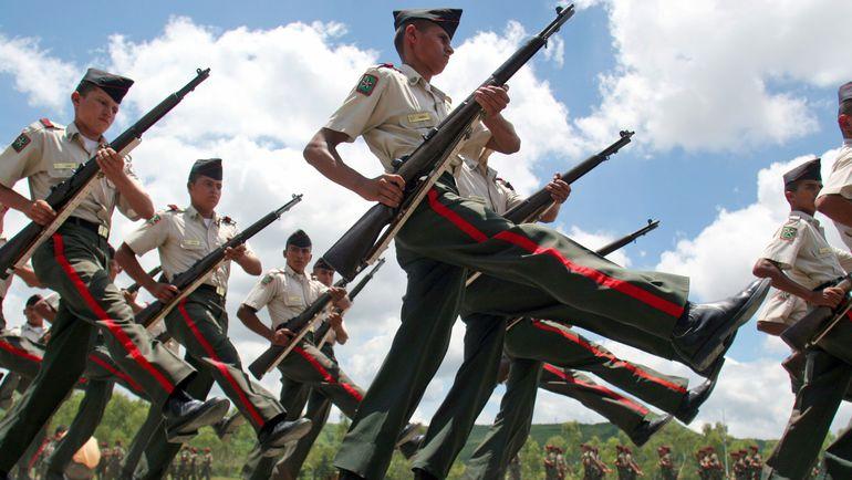 18 июля 2005 года. Тегусигальпа. Гондурасские кадеты маршируют на поминальном мероприятии в честь жертв футбольной войны 1969 года. Фото REUTERS