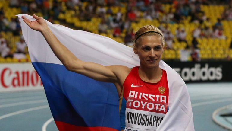 12 августа 2013 года. Москва. Антонина КРИВОШАПКА позирует с российским флагом, завоевав личную бронзу чемпионата мира на дистанции 400 метров. Фото AFP