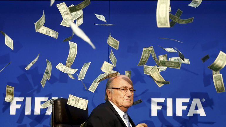 Британский журналист осыпал Зеппа БЛАТТЕРА фальшивыми долларами. Фото REUTERS