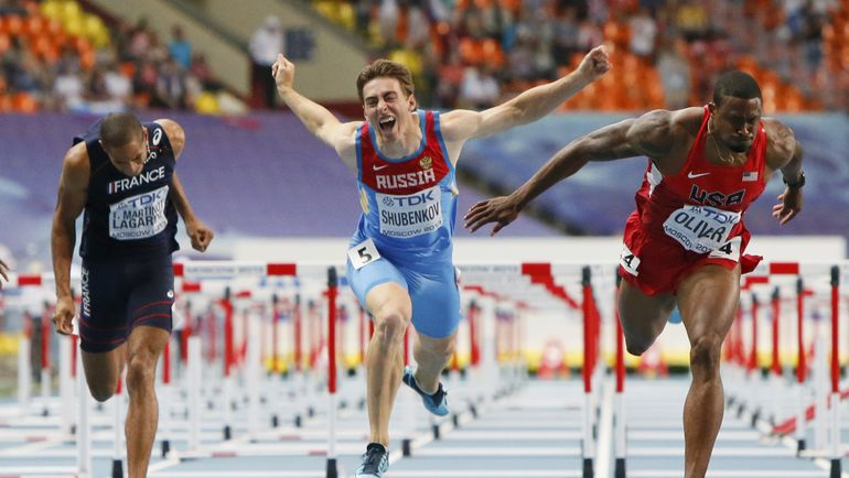 Сергей ШУБЕНКОВ (в центре) выигрывает бронзу на чемпионате мира-2013 в Москве. Фото REUTERS