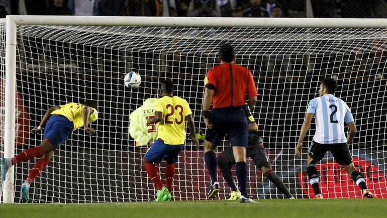 Пятница. Буэнос-Айрес. Аргентина - Эквадор - 0:2. 81-я минута. Фриксон ЭРАСО (слева) забивает победный гол. Фото REUTERS