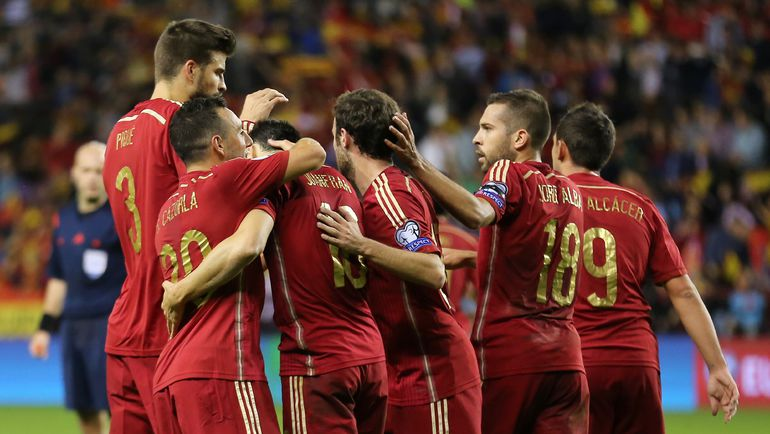 Пятница. Логроньо. Испания - Люксембург - 4:0. Чемпионы Европы праздную выход на турнир во Францию. Фото REUTERS