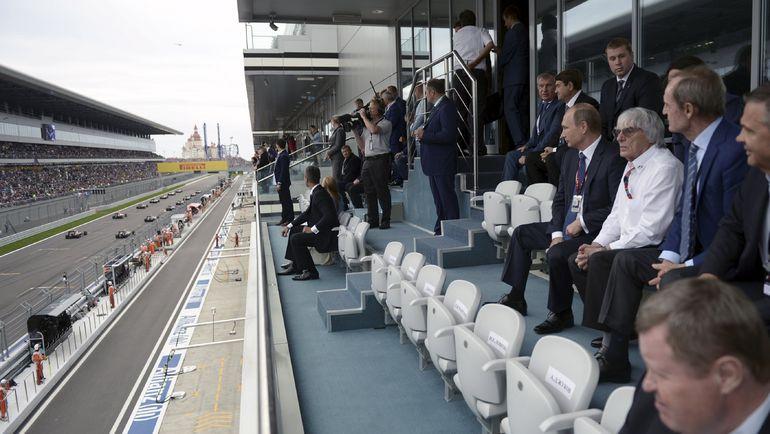 Сегодня. Сочи. Владимир ПУТИН, Берни ЭККЛСТОУН и Жан-Клод КИЛЛИ наблюдают за гонкой. Фото REUTERS