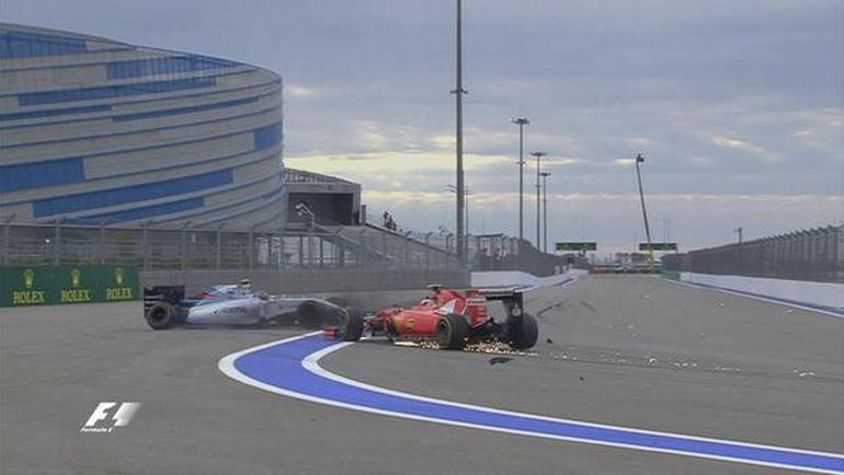 """Сегодня. Сочи. """"Феррари"""" Кими РАЙККОНЕНА (справа) и """"Уильямс"""" Вальттери БОТТАСА после аварии на финишном круге. Фото F1"""