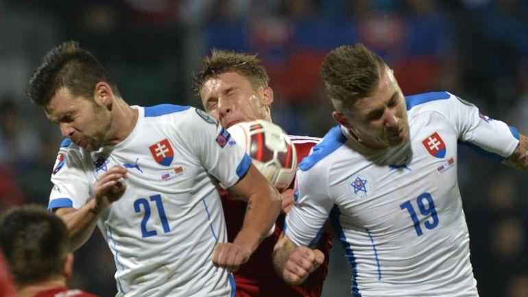 Юраю КУЦКЕ (справа), Михалу ДУРИСУ и их партнерам по сборной Словакии, несмотря на поражение от Белоруссии, для выхода на Euro-2016 хватит победы над Люксембургом. Фото AFP