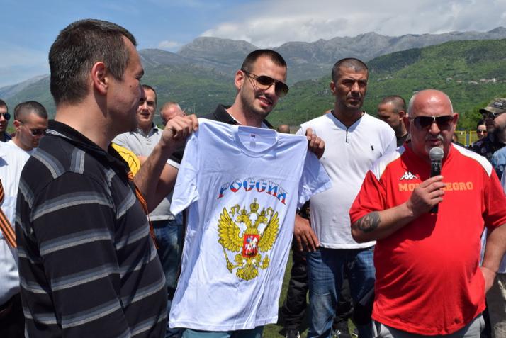 Фанат сборной Черногории Лука ЛАЗАРЕВИЧ (третий справа).