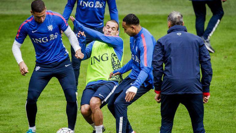 Понедельник. Амстердам. Игроки сборной Голландии готовятся к определяющему матчу с Чехией. Фото AFP