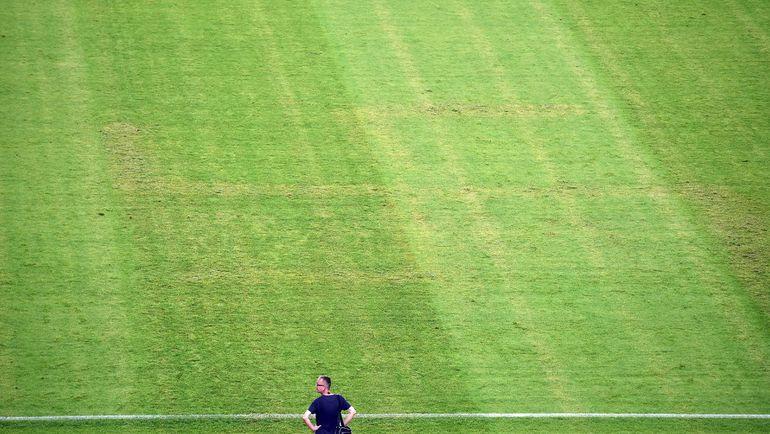 12 июня. Сплит. Хорватия - Италия - 1:1. Свастика на поле. Фото AFP