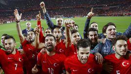 13 октября. Конья. Турция - Исландия - 1:0. Хозяева празднуют выход на чемпионат Европы.