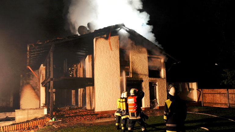 20 сентября 2011 года. Пожарные борются с огнем в доме 21-летнего Брену. Фото AFP