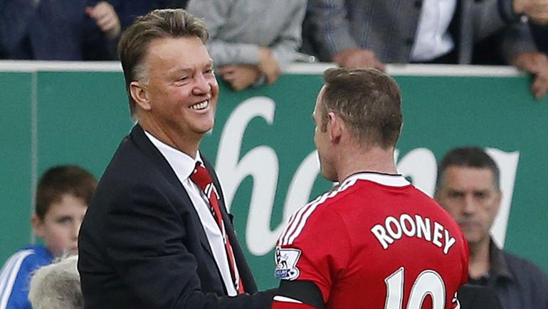 """Эвертон"" - ""Манчестер Юнайтед"" - 0:3. Наставник манкунианцев Луи ван ГАЛ (слева) и нападающий Уэйн РУНИ."