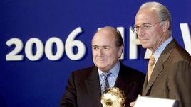 6 июля 2000 года. Цюрих. Президент ФИФА Йозеф БЛАТТЕР (слева) передает главе оргкомитета