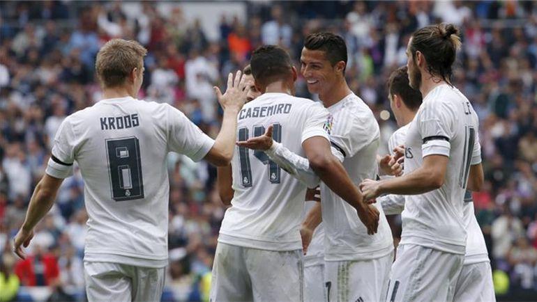 """Суббота. Мадрид. """"Реал"""" - """"Леванте"""" - 3:0. Нападающий """"Королевского клуба"""" КРИШТИАНУ РОНАЛДУ (в центре) празднует свой 324-й гол в футболке мадридцев. Фото REUTERS"""
