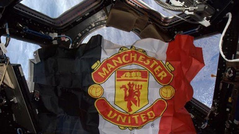"""Флаг """"Манчестер Юнайтед"""" развевается в космосе благодаря российскому болельщику. Фото ManUtd.com"""
