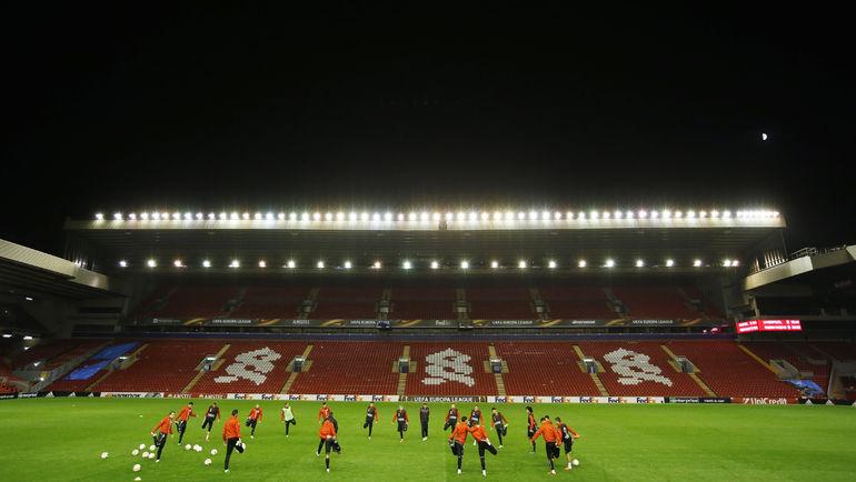 """Среда. Ливерпуль. """"Рубин"""" пробует газон """"Энфилда"""". Фото Reuters"""