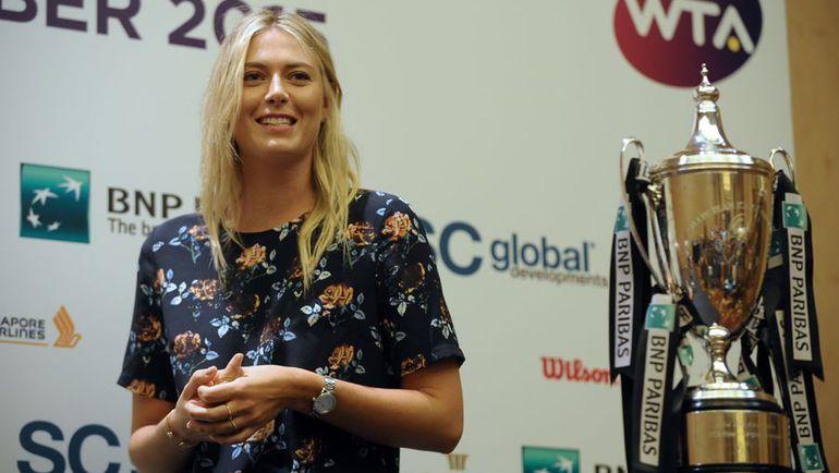 Вчера. Сингапур. Мария ШАРАПОВА и главный трофей WTA Finals. Фото AFP