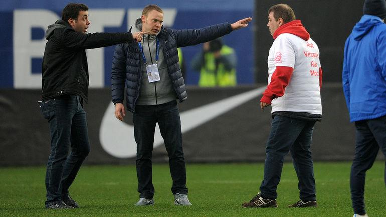 Воскресенье. Химки. Дмитрий ДЕРУНЕЦ (слева) и фанат красно-белых. Фото Алексей ИВАНОВ, «СЭ»