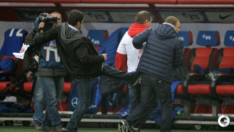 В перерыве Дмитрий Дерунец повздорил с фанатом.