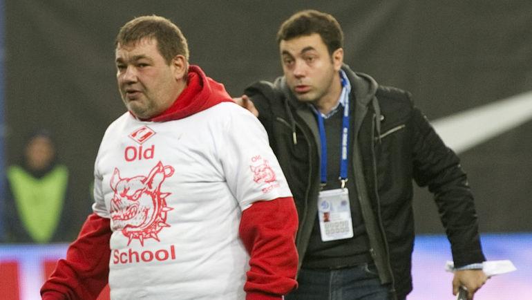 Воскресенье. Химки. Дмитрий ДЕРУНЕЦ (справа) и фанат красно-белых. Фото Никита УСПЕНСКИЙ, «СЭ»